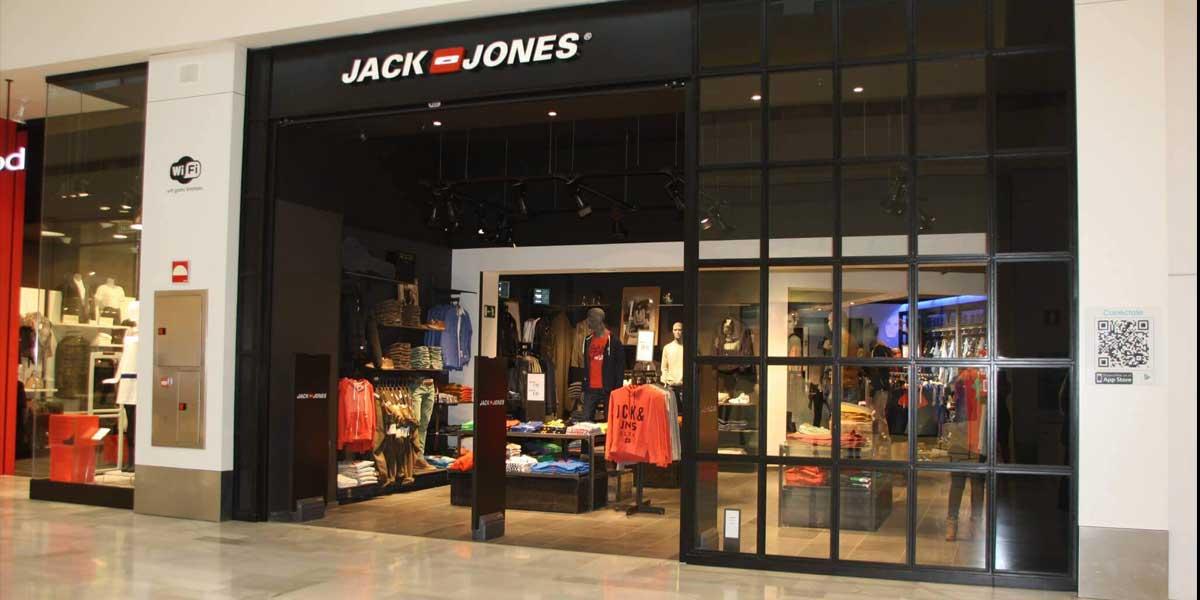 Escaparate de la tienda de Jack and Jones en Badajoz la dirección de obra llevada a cabo por Gema Maria Gil