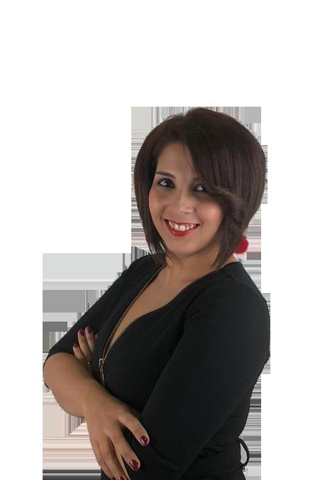 Gema María Gil, vestida de negro, sonrisa con brazos cruzados